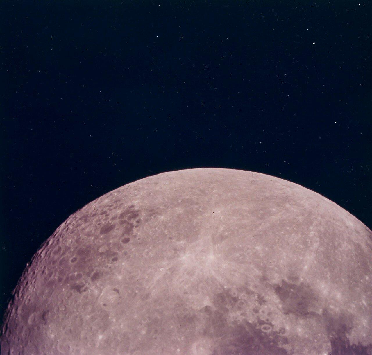 На сто пятидесятом часу полёта, во время тридцать пятого витка командного модуля вокруг Луны, был включён основной двигатель, который перевёл корабль на траекторию полёта к Земле. На снимке: Вид Луны во время обратного полета к Земле