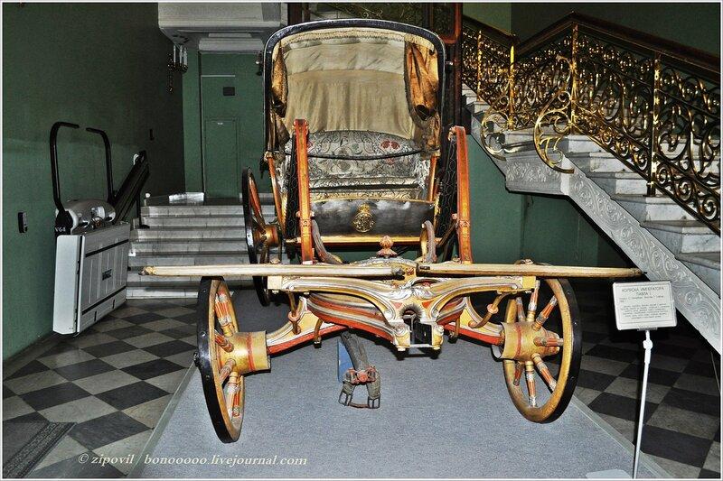Лестница в Историческом музее и карета