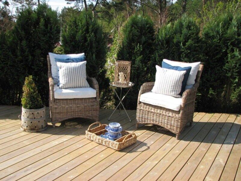 патио с плетеной мебелью