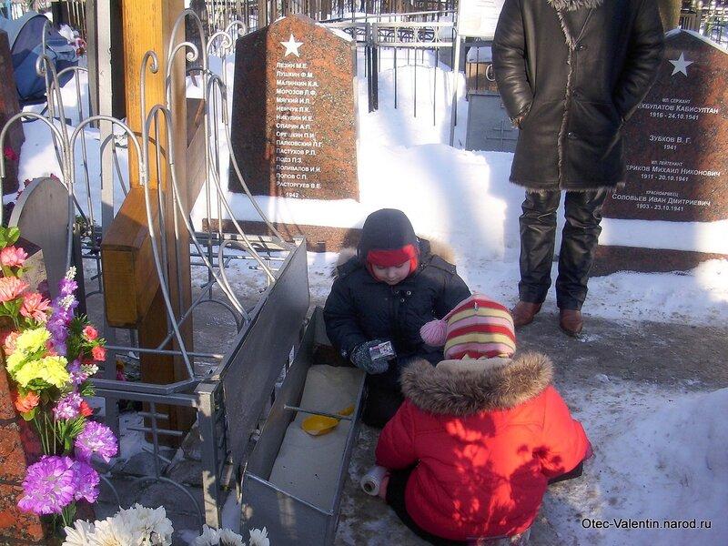 1. Дети берут песочек из металлического ящика под крестом
