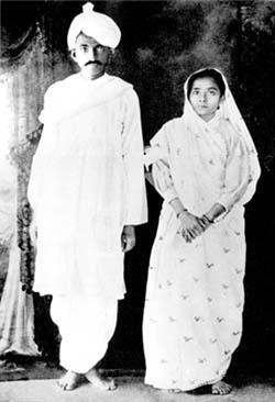 Мохандас и Кастурбай Ганди после возварщения в Индию, 1915 AD