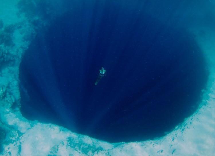 Океаническое дно бывает очень разным, точно так же, как и рельеф на суше. Там есть свои долины, горы