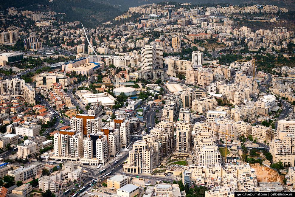 27.  «Струнный мост»  — первый подвесной мост в Иерусалиме, известеный также под назв