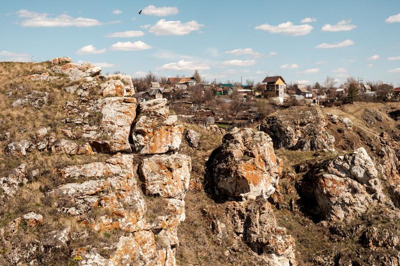 фотографии скалы три пещеры, дома и небо