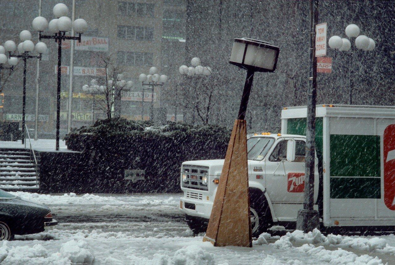 1983. Фонарный столб в снежный буран