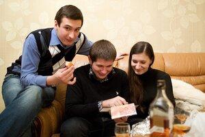 Ну в ногах правды нет - вернулись домой и давай просматривать фото из Москвы и закусывать! Немножко выпили :-)
