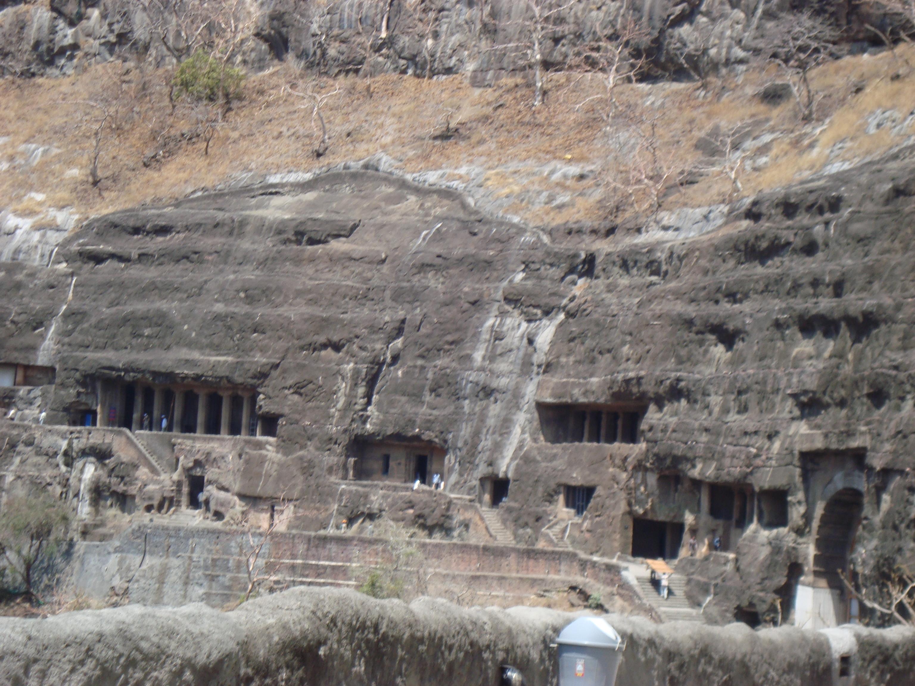 Официальная информация Пещеры Аурангабада (хинди औरंगाबाद गुफाएं араб. اورانجاباد الكهوف) — три сравнительно небольших комплекса буддийских пещерных храмов на север от города Аурангабад, районного центра в штате Махараштра в Индии.  Это примерно девять пещер, которые делят на западные и восточные. Почти все они были построены в VI—VIII веках в правление династий Вакатака и Чалукья. Все они идентифицируются как пещеры последователей Махаяны, кроме пещеры №4, которая считается храмом тхеравадинов, и №6, посвящённой Ганеше. Со склона холма западных пещер (на северо-запад от города) открывается вид на мавзолей Биби-Ка-Макбара, в миниатюре воспроизводящий Тадж-Махал