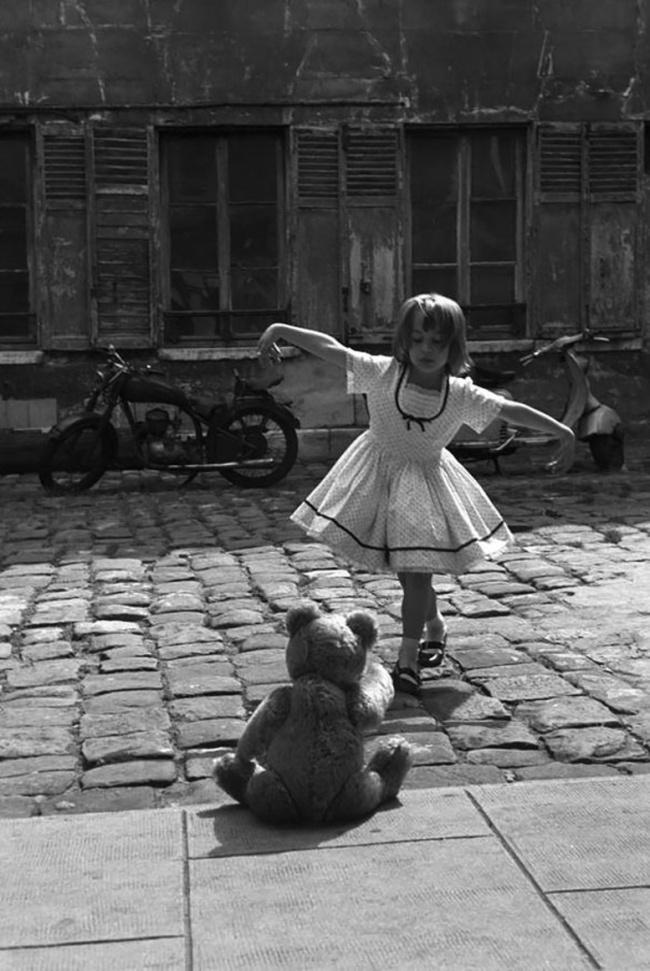 Девочка танцует перед плюшевым мишкой, Париж, 1961г.