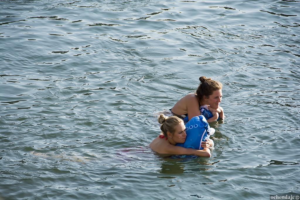 Яркий цвет мешка служит еще и для дополнительной безопасности пловца, так как делает его более замет