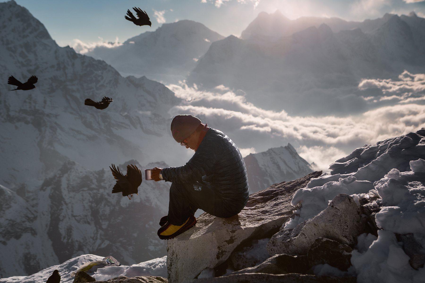 Шерпа, сопровождающий группу альпинистов во время восхождения на вершину горы Ама-Даблам, высота