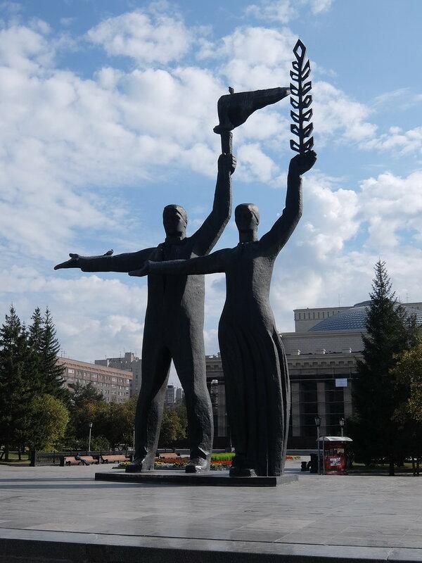 Новосибирск - Скульптурная группа у театра оперы и балета
