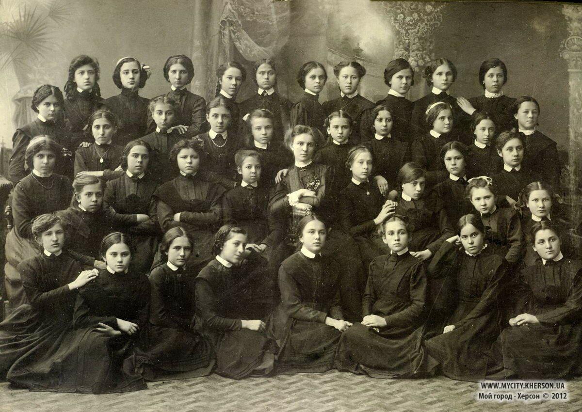 Групповой портрет гимназисток женской гимназии по ул. Суворова. Херсон