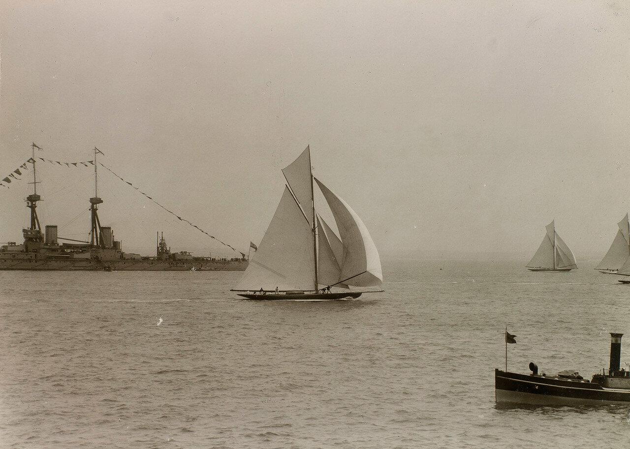 Линейный крейсер «Инвинсибл» и яхты