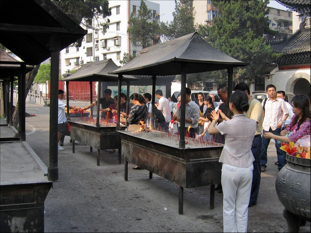 Восточный двор у входа в храм Гуйюань