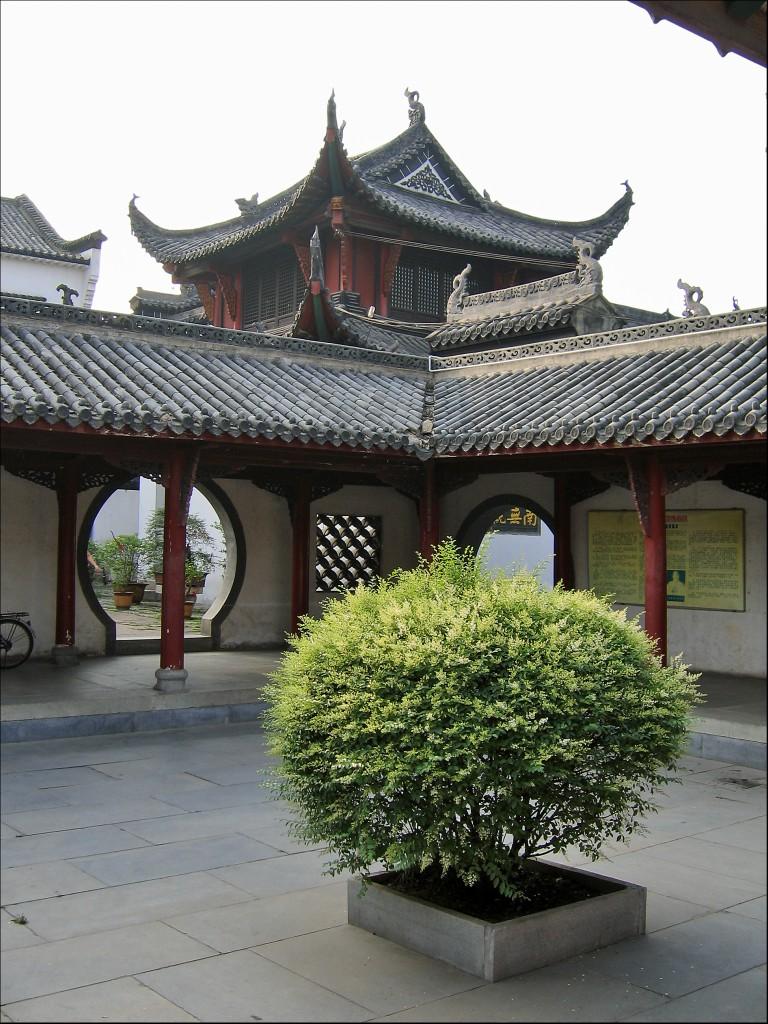 Дворик в монастыре, монастырь Гуйюань, Ухань