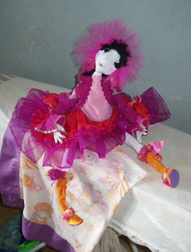 Барышня в малиновом платье
