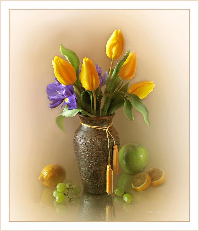 Жёлтые тюльпаны в керамической вазе