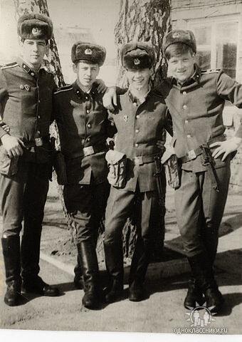 В караульном дворе О.Пилипенко, я, И.Компинсенко, А.Елизарьев
