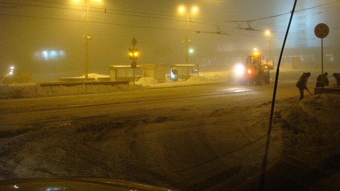 Владивосток, ночь, уборка снега