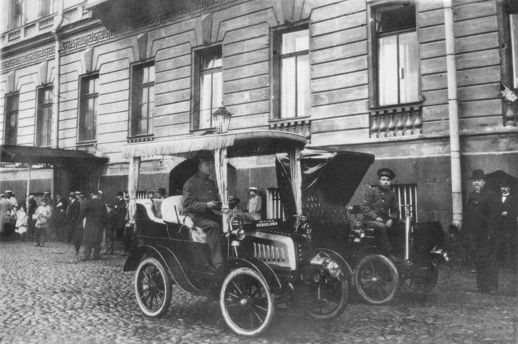1908 Первые таксомоторы на улицах Санкт-Петербурга в 1908 году.jpg