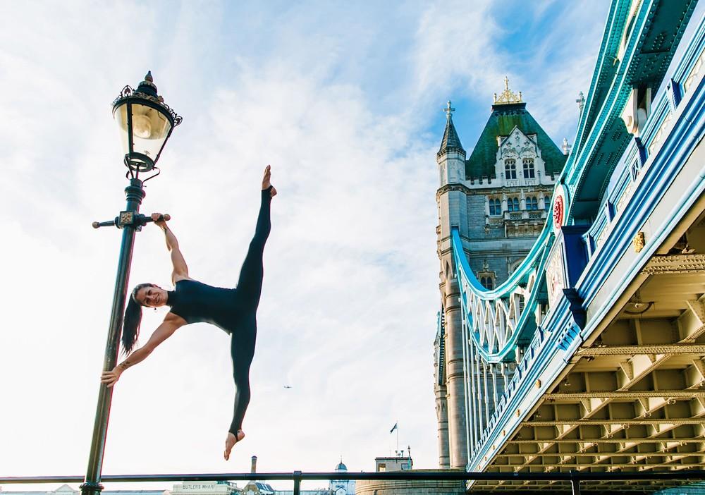 Йога среди городских пейзажей