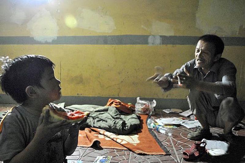 Бомж 8 лет воспитывал девочку, которую нашел на мусорке