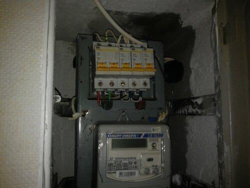 Срочный вызов электрика аварийной службы из-за подгорания и искрения нулевой шины в квартирном щите