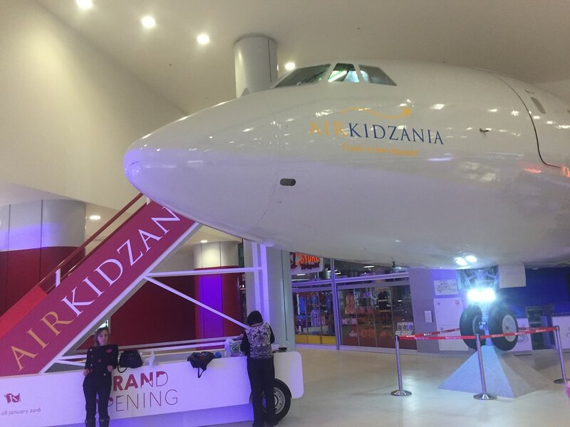 Kidzania in Moscow: путешествие в KidZania во всех городах начинается с полета на самолете в детскую страну
