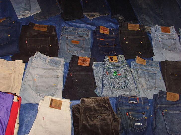 7. Типичное торговое место челнока из 90-х. На земле кусок ткани, а на ней «мальвины», «монтаны», «л