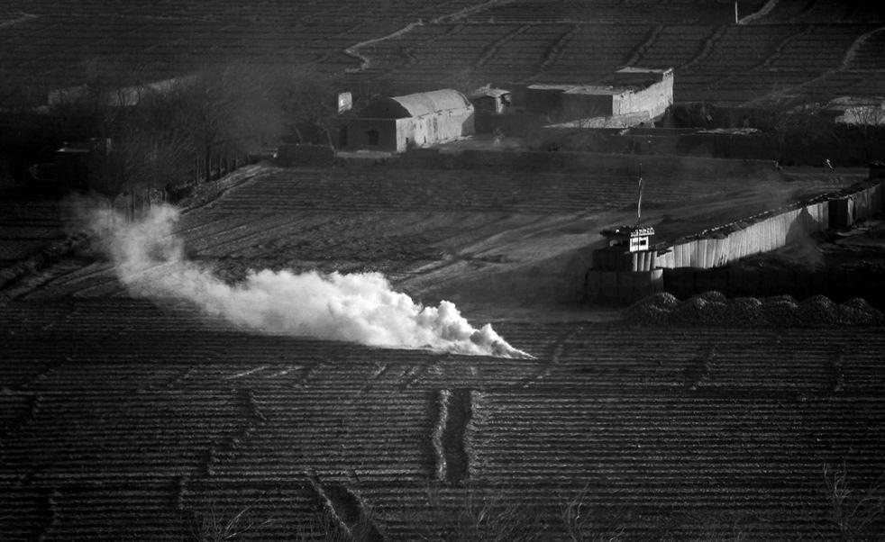 6. Дымовая шашка указывает место для посадки военно-медицинского вертолета . (AP / Kevin Frayer)