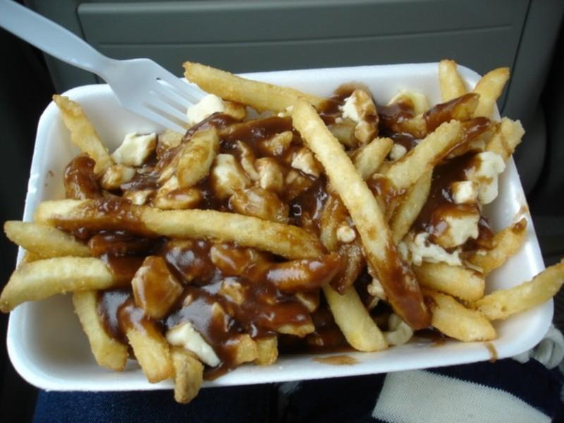 Если канадец вчера слишком много выпил, то сегодня он съест очень много картошки фри с кусочками сыр