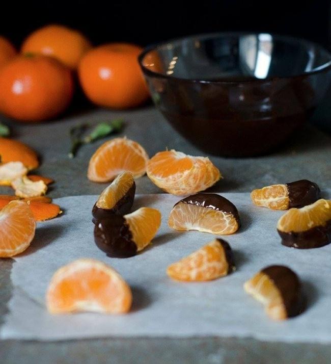 Вам понадобятся: горький шоколад— 100г мандарин— 3–4шт. ликер (можно заменить сливками или водой