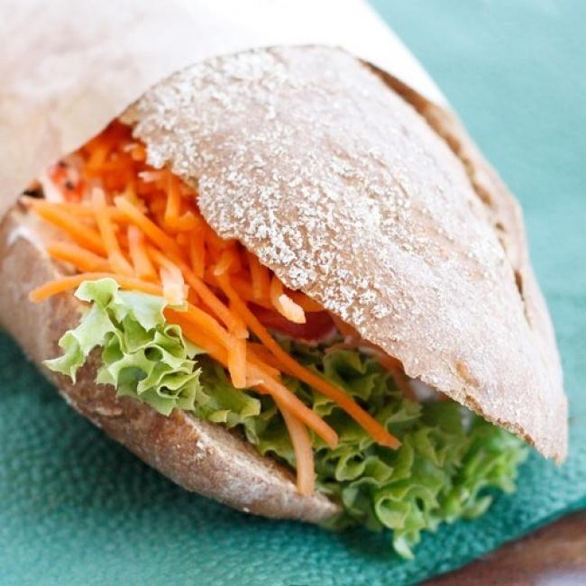 Ингредиенты: цельнозерновая булочка— 2шт. хумус классический— 4ст.л. морковь— 2шт. кресс-сала