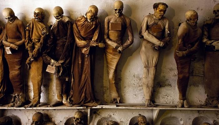 В 1880-е годы сицилийские власти запретили практику мумификации. Последним монахом, который был погр