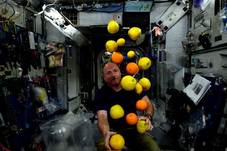Астронавт Скотт Келли радуется доставке на Международную космическую станцию свежих фруктов и овощей.