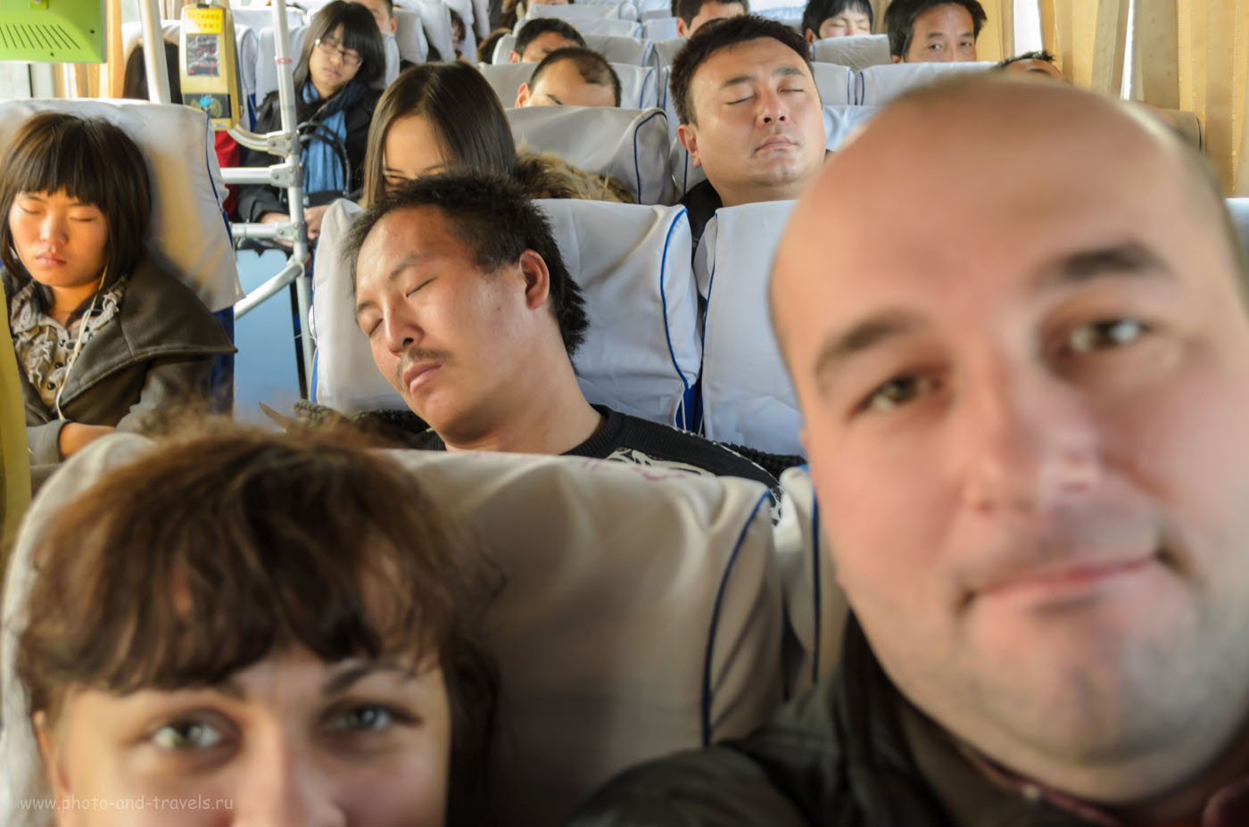 Фото 1. Тихо в автобусе... Только два лаовая не спят... Поездка на Великую Китайскую Стену из Пекина. Отдых в Китае самостоятельно. Фотографии в отчете сняты на любительский зеркальный фотоаппарат Nikon D5100 KIT 18-55mm.
