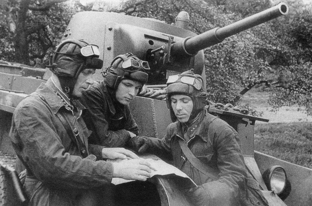 Танкисты 5-го мк у танка БТ-7 обр. 1937 г. Июль 1941 года.