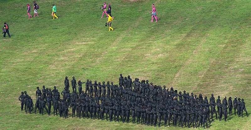 8. Массовый перформанс в действии. (AFP PHOTO/Leon Neal)
