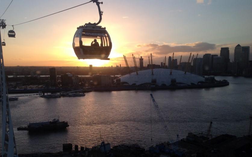 Пассажирская канатная дорога Emirates Air Line через Темзу в Лондоне.