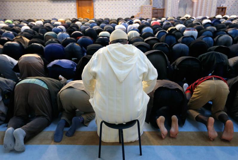 Пятничная молитва мусульман в мечети в Страсбурге спустя неделю после кровавых терактов в Париже.