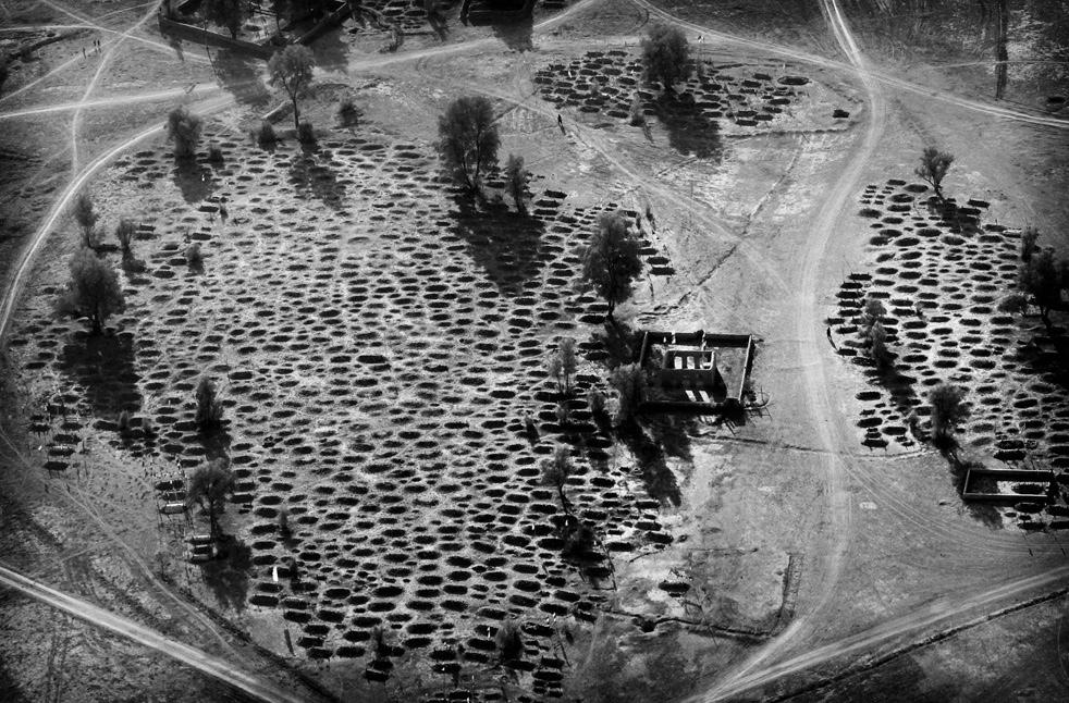 4. Вид сверху из вертолета на кладбище . (AP / Kevin Frayer)