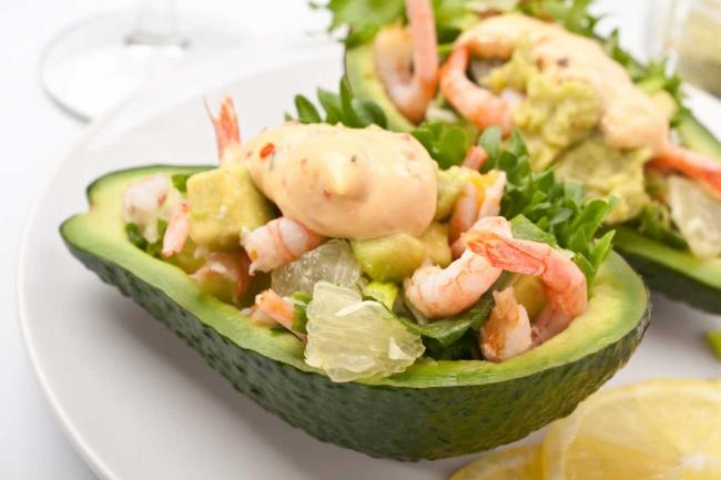 Вам понадобятся: Для салата: 200г отваренных иочищенных креветок 1авокадо 2шт. вареной морковки