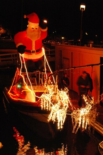 Санта Клаус и олени на яхте
