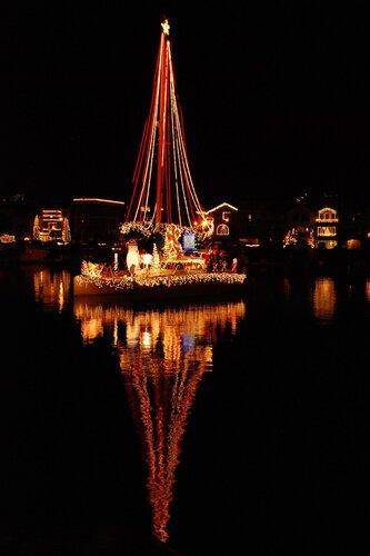 Рождественская (новогодняя) подсветка яхты)