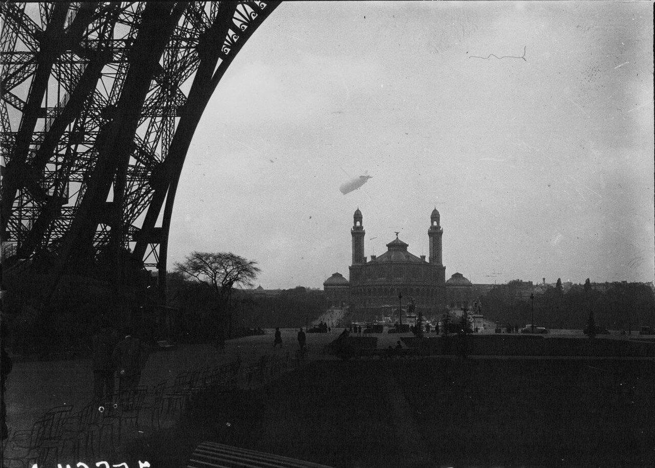1930. Цеппелин над городом