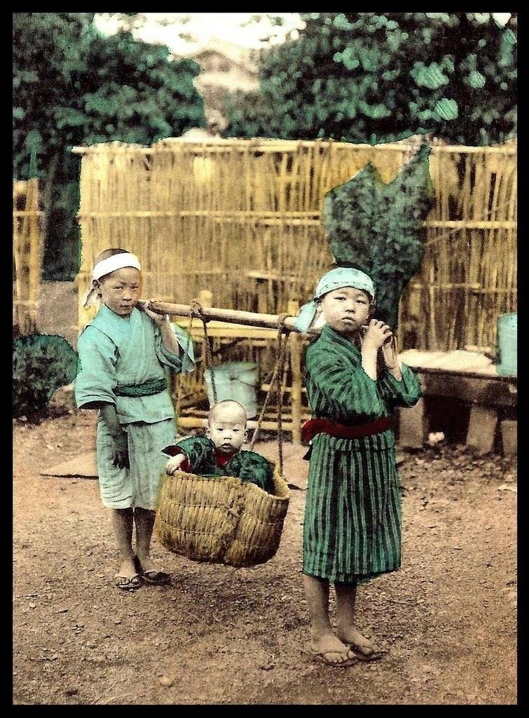 Дети и существо в корзинке