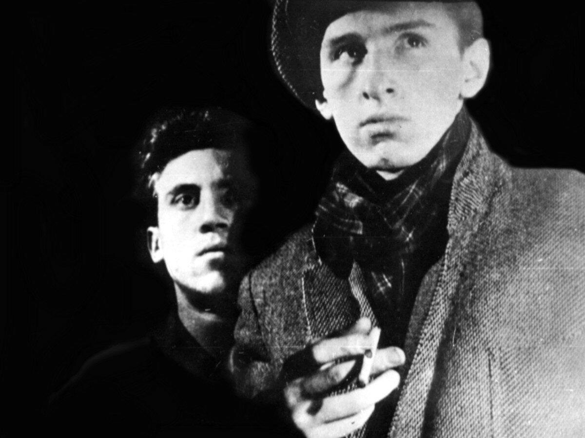 1957. Владимир Высоцкий и Геннадий Ялович исполняют этюд «Беспризорник» на экзамене по мастерству актёра в школе-студии МХАТ. Фото 30 мая