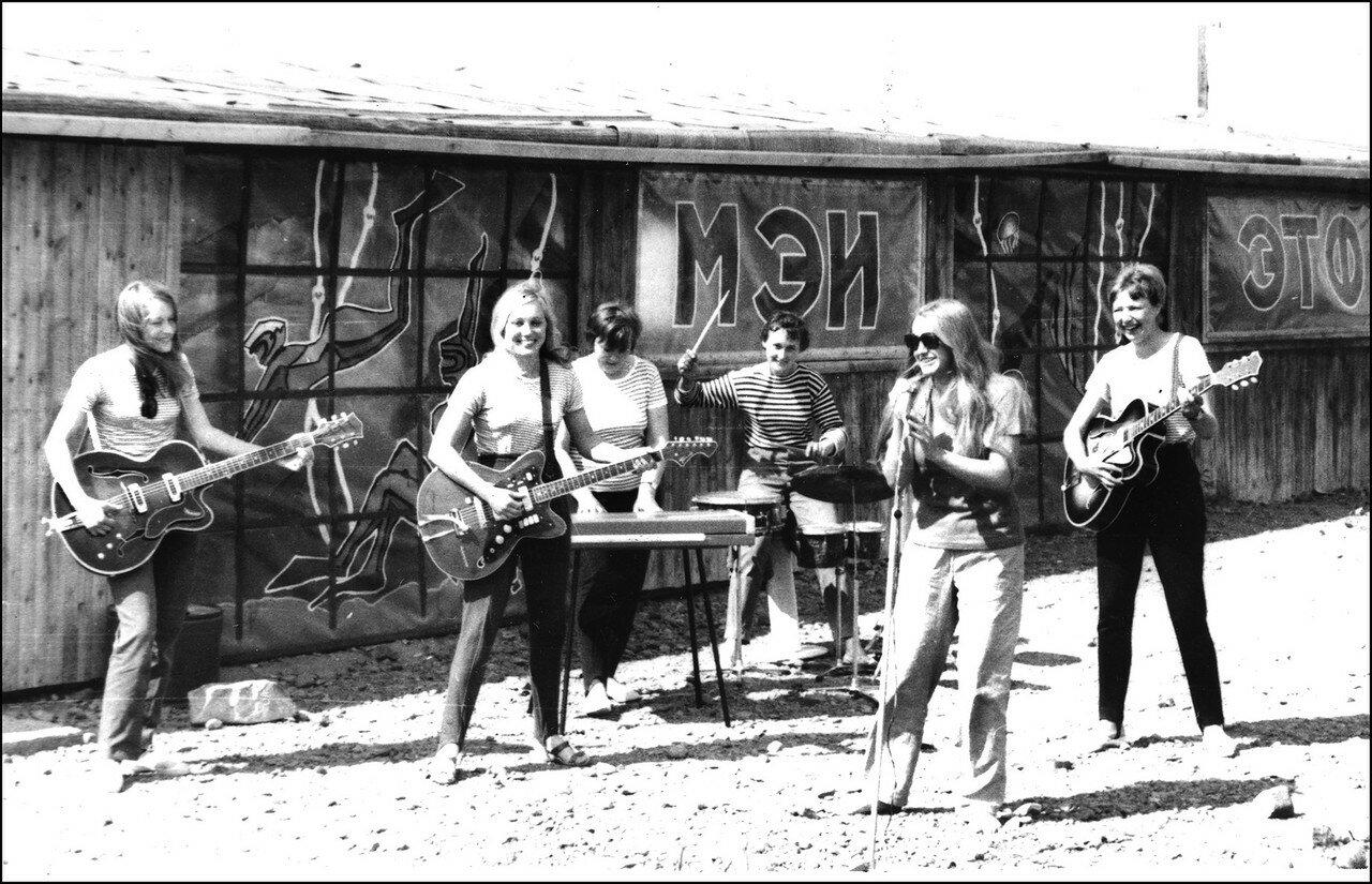 1971. Очаровательная группа - Глебова, Щеголева, Шумилина, Котова, Канаева и бригадир Лариса. Мирный