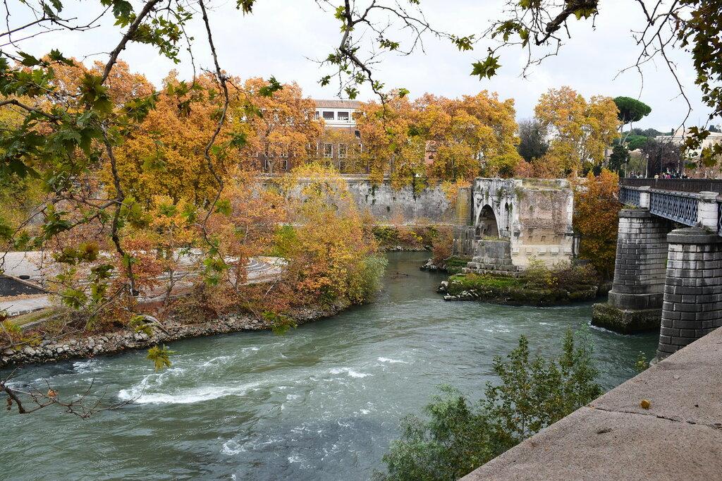 Италия. Рим.  Река  Тибр....Рим...Мост Эми́лия - единственная сохранившаяся арка моста, стоящая посредине реки.