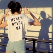 Девушка в футболке